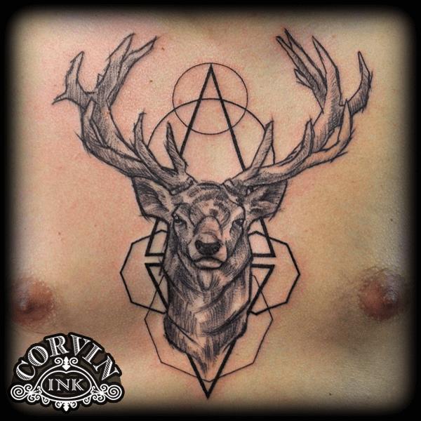 Vonalas geometrikus szarvas tetoválás